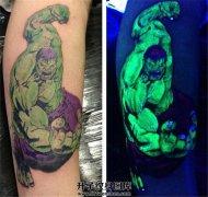 男性小臂荧光绿巨人纹身