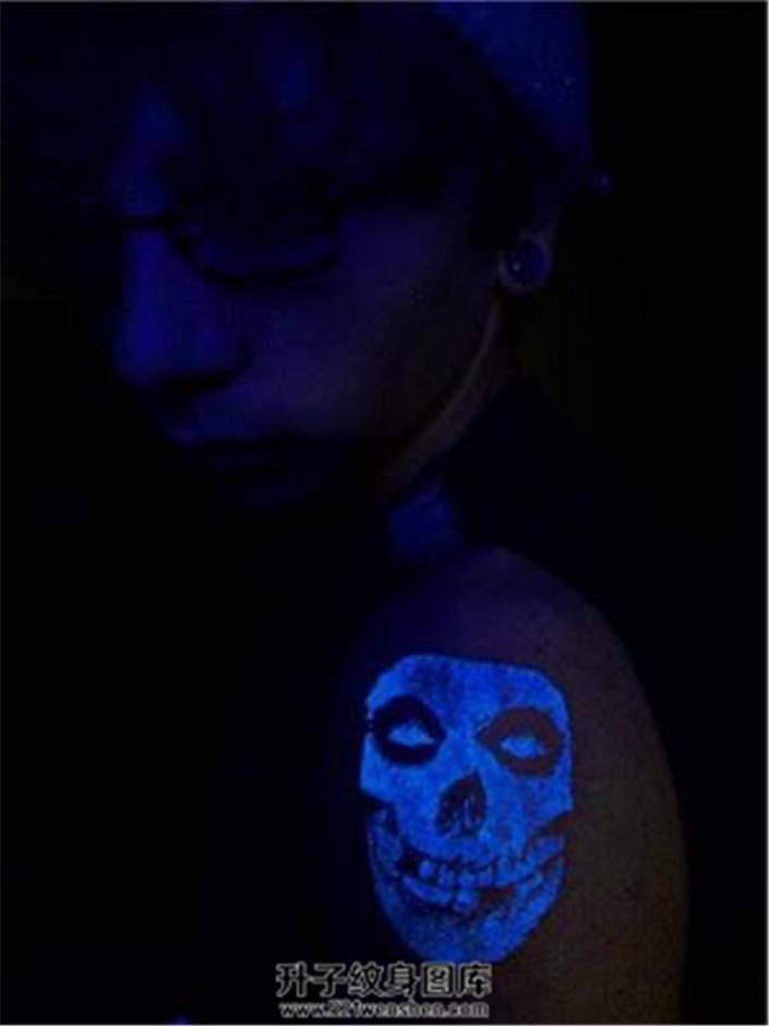 男性大臂荧光骷髅纹身