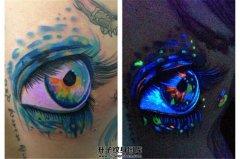女性胸侧荧光眼睛纹身