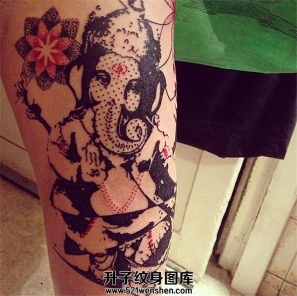 男性小腿象神纹身