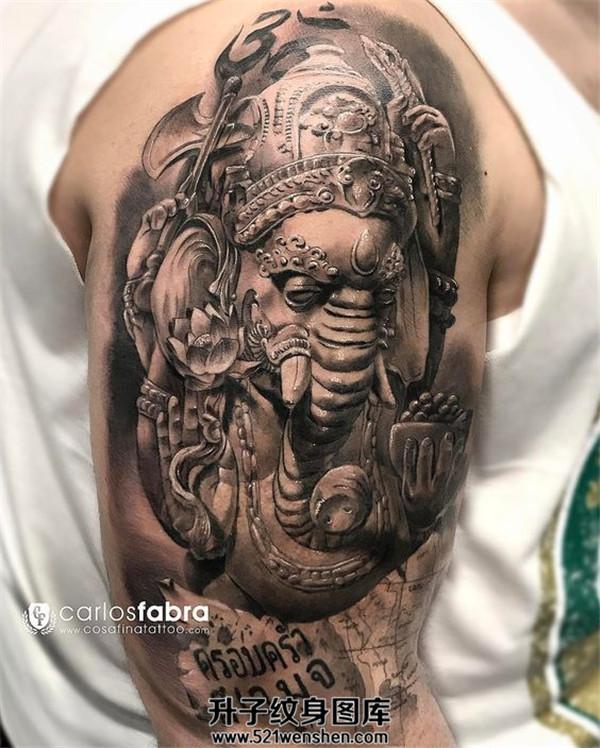 雕塑感的男性大臂象神纹身
