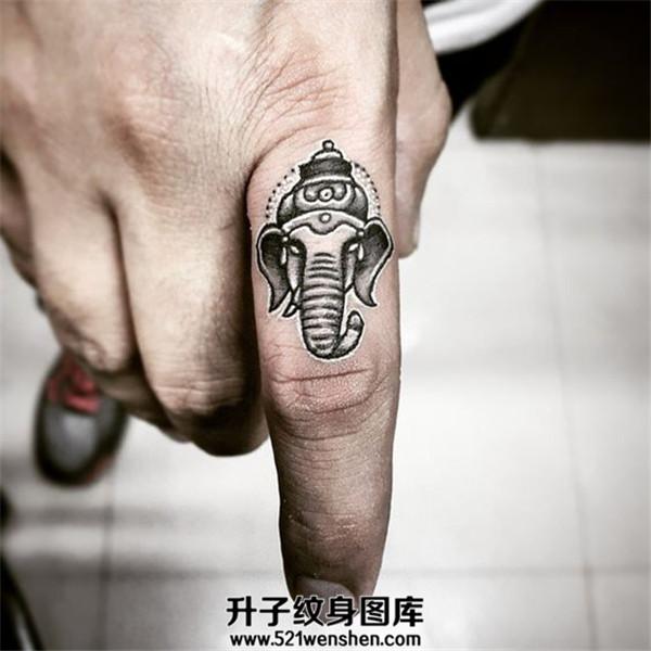 男性手指象神纹身