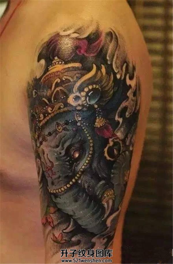 男性大臂传统彩色象神