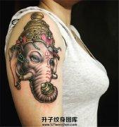 女性大臂温柔的象神纹身