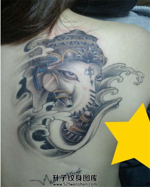 女性背部象神纹身