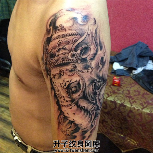 男性大臂传统象神纹身