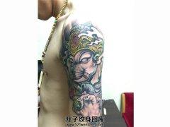 颜色鲜明的大臂象神纹身