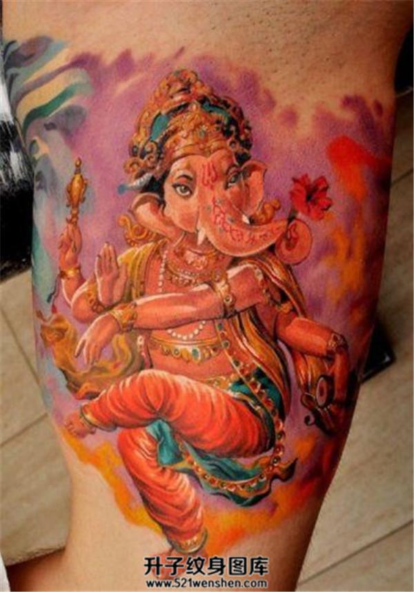 男性大臂彩色象神纹身