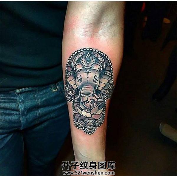男性小臂法蒂玛之手与象神结合的纹身图案