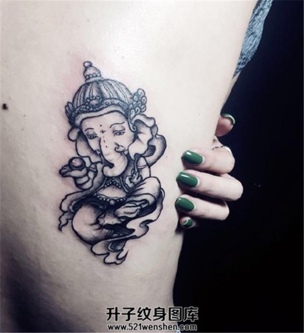 女生大臂可爱的象神纹身