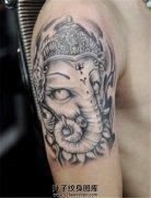 男性大臂黑灰象神纹身