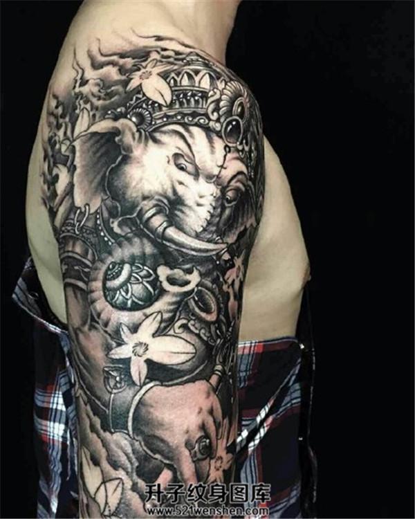 帅气的男性大臂象神纹身