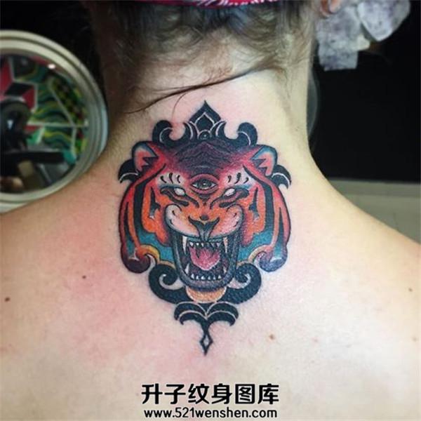 女性颈后老虎纹身