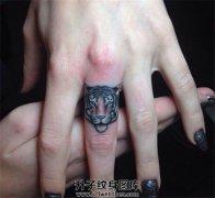 女性手指上可爱的虎头纹身