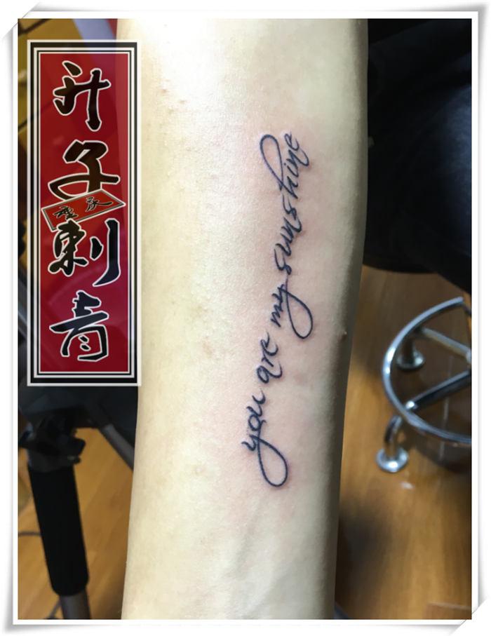 为什么纹身照片上看到的单色立体类型纹身看上去是褐红色的?