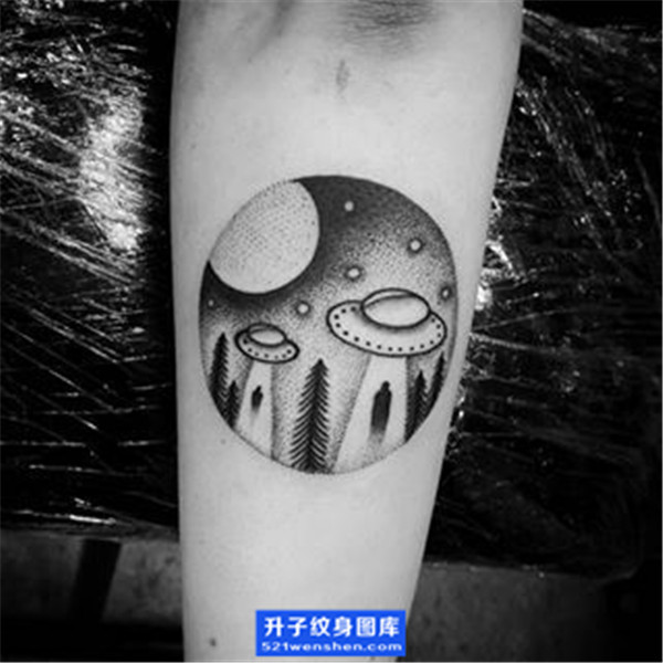 小臂纹身 小臂内侧点刺飞碟纹身图案 ufo纹身图片