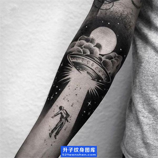手臂内侧飞碟纹身图案 欧美ufo纹身图片