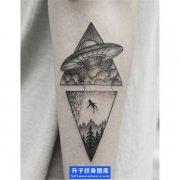 小臂内侧点刺飞碟纹身图案 ufo纹身图片