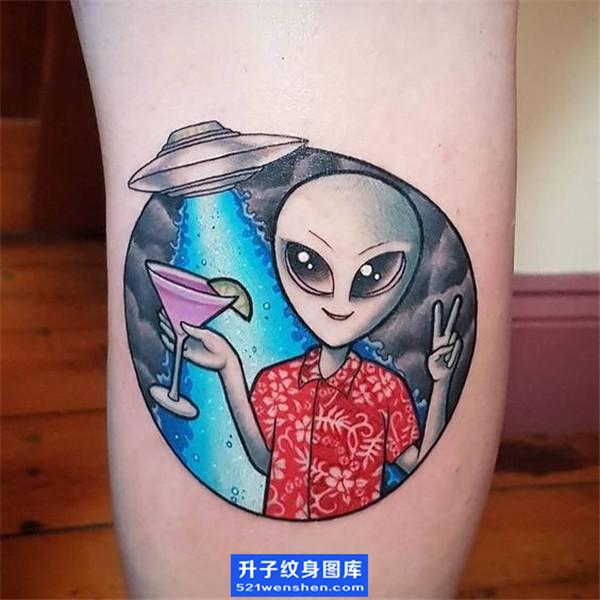 小腿彩色飞碟与外星人纹身图案_ufo纹身图片