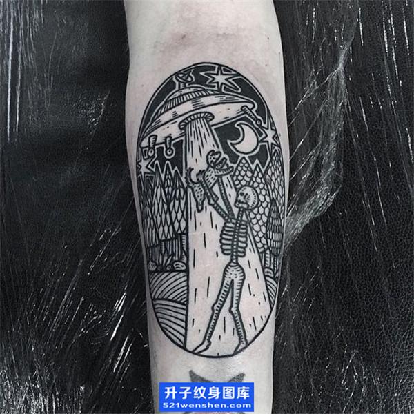 手臂内侧飞碟与外星人纹身图案 ufo纹身图片