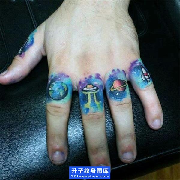 手指飞碟星球纹身图案