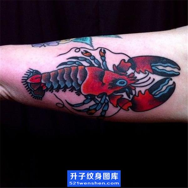 手臂彩色old school虾子纹身图案