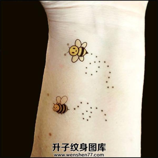手腕蜜蜂纹身图案
