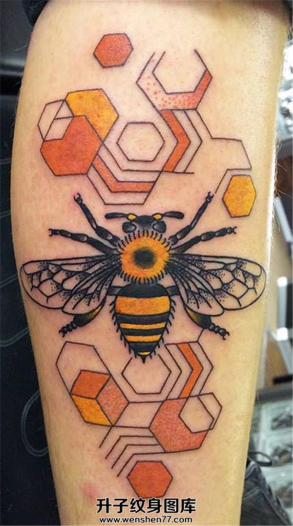 小腿外侧蜜蜂纹身图案