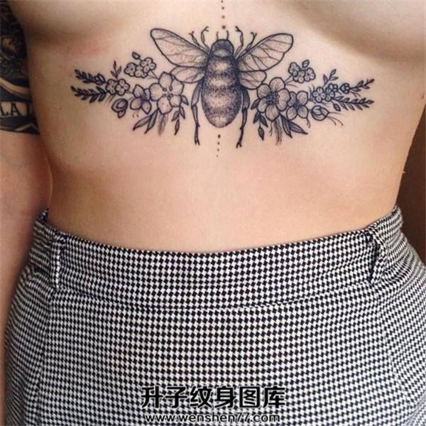 美女胸下的蜜蜂纹身图案