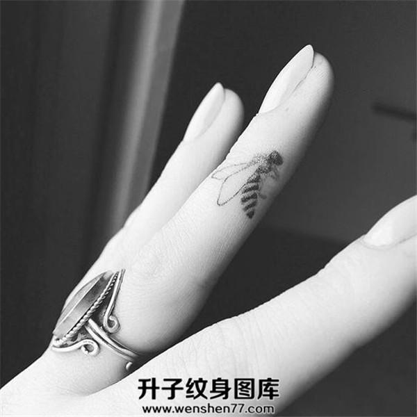 手指小清新蜜蜂纹身图案