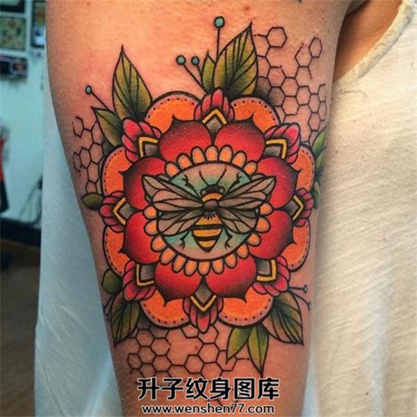 大臂彩色蜜蜂纹身图案大全