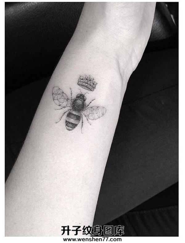手腕小清新黑白欧美蜜蜂纹身图案