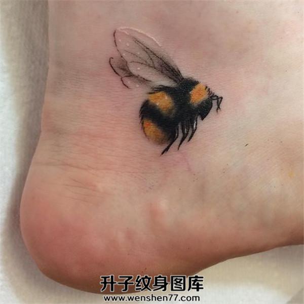 脚后跟蜜蜂纹身图案