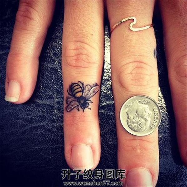 手指小蜜蜂纹身图案大全