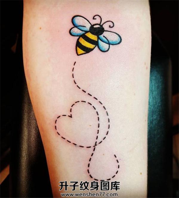 手臂小蜜蜂纹身图案
