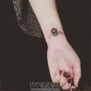 手腕小清新蜜蜂纹身图案 蜜蜂纹身价格