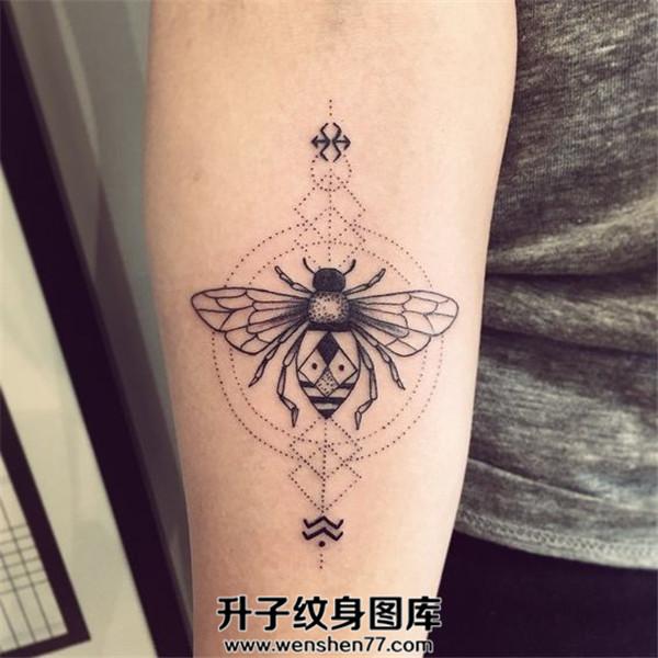 手臂内侧小蜜蜂纹身图案