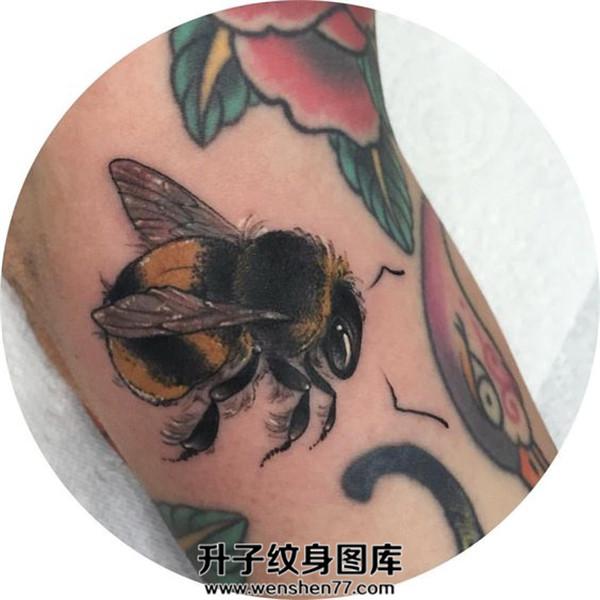 手臂蜜蜂纹身图案