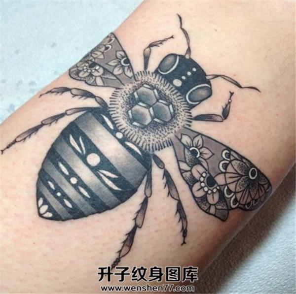 手臂欧美蜜蜂纹身图案大全