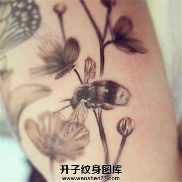 手臂欧美黑白蜜蜂纹身图案大全