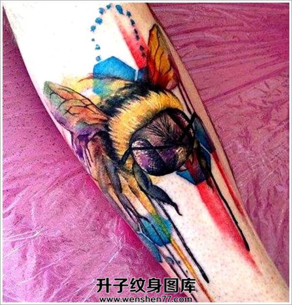 小腿泼墨蜜蜂纹身图案大全