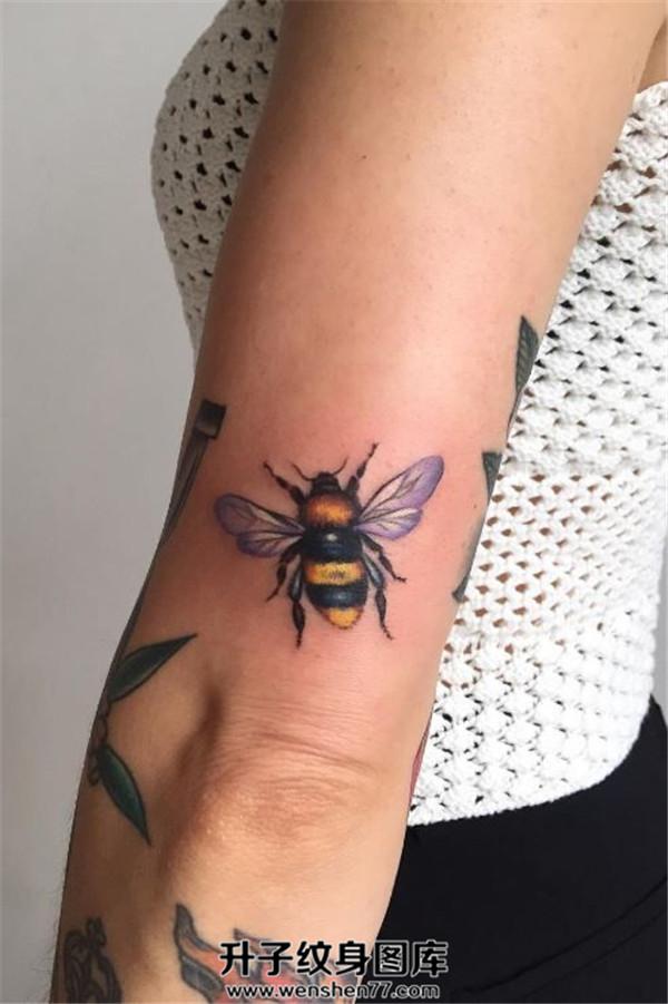 手臂彩色小蜜蜂纹身图案