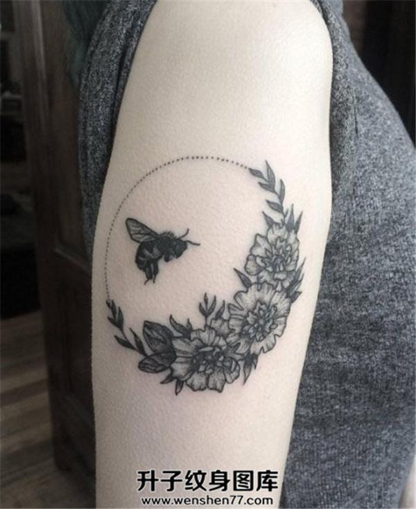 女性手臂欧美蜜蜂纹身图案