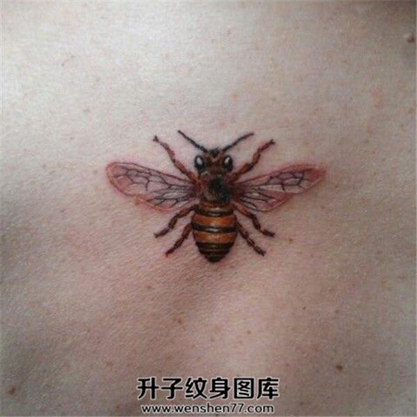 后背写实蜜蜂纹身图案