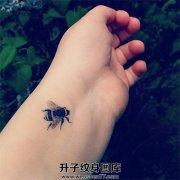 手腕欧美小清新蜜蜂纹身图案