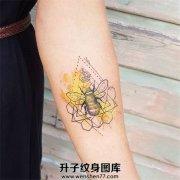 手臂欧美泼墨小蜜蜂纹身图案大全 重庆纹身价格