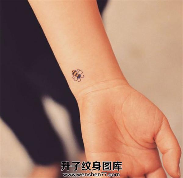 美女手腕小清新蜜蜂纹身图案