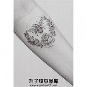 手臂内侧点刺蜜蜂纹身图案