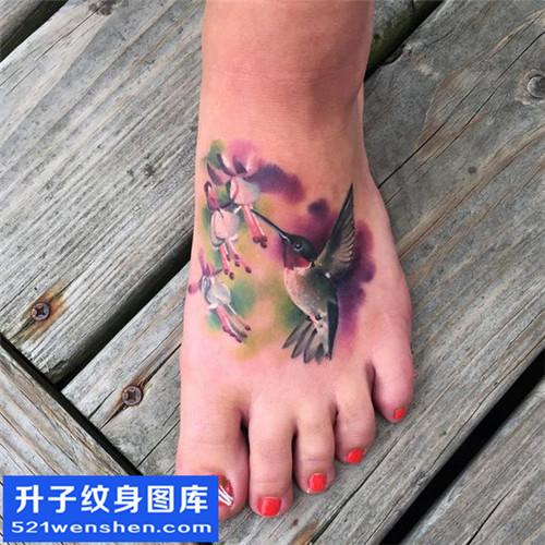 女性脚背蜂鸟水彩纹身图案大全