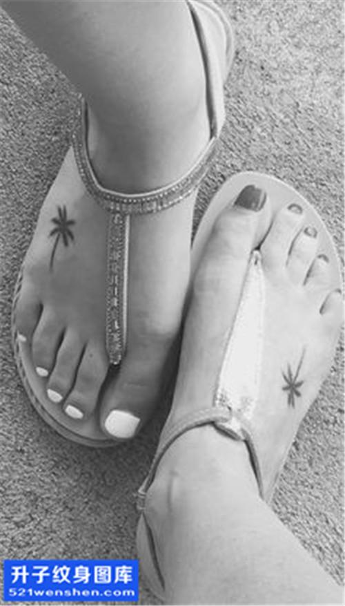 女性脚背欧美椰子树纹身图案大全